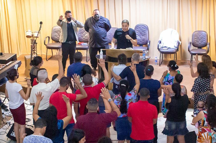 Pastor André Matias Pregando e Ensinando
