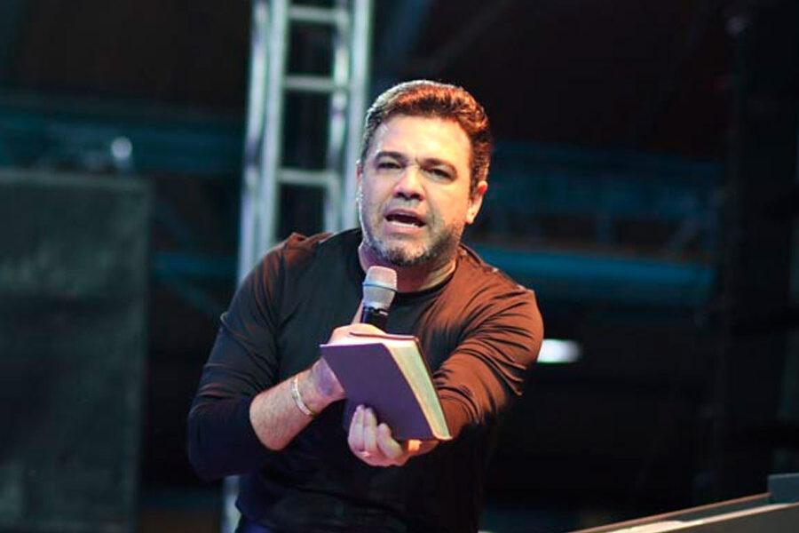 Pastor Marco Feliciano pregando e ensinando