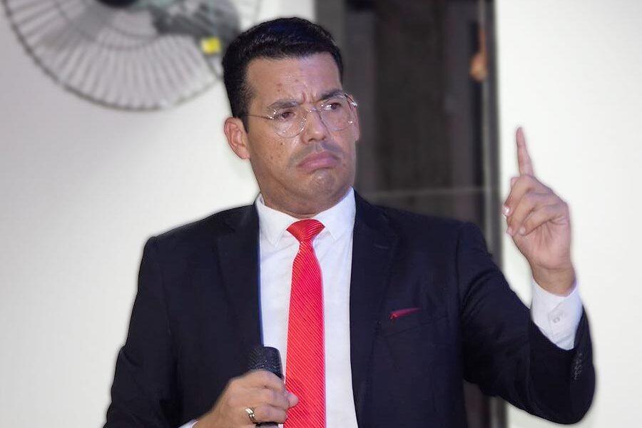 Pastor Paulo Robson Pregando e Ensinando
