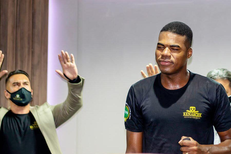 Pastor Renan Lopes Pregando e Ensinando